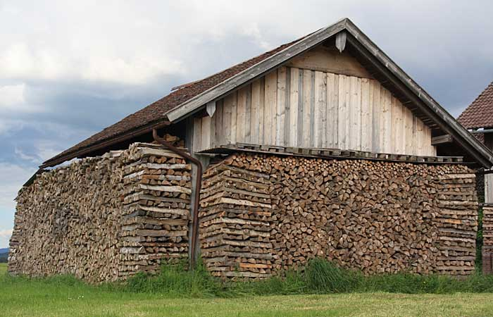 Hütte aus Holz und Beton und mit grauer Fassade