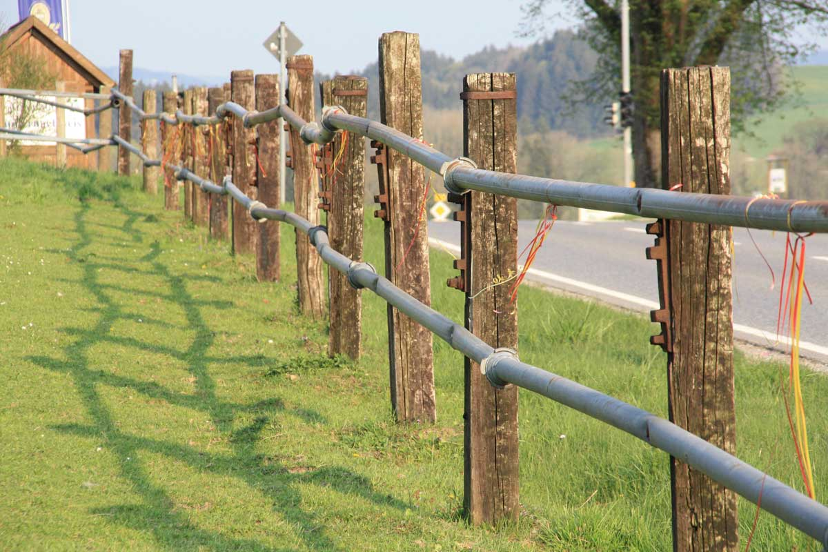 Zaun - kann bestehen aus: Bahnschwellen